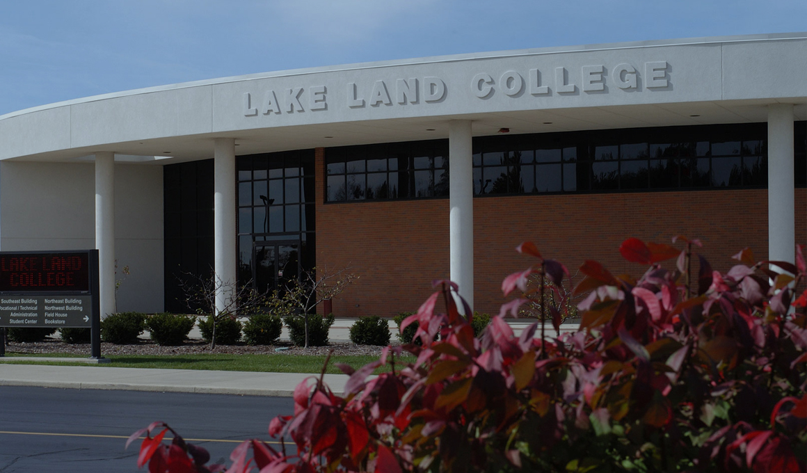Lake Land College building and landscaping